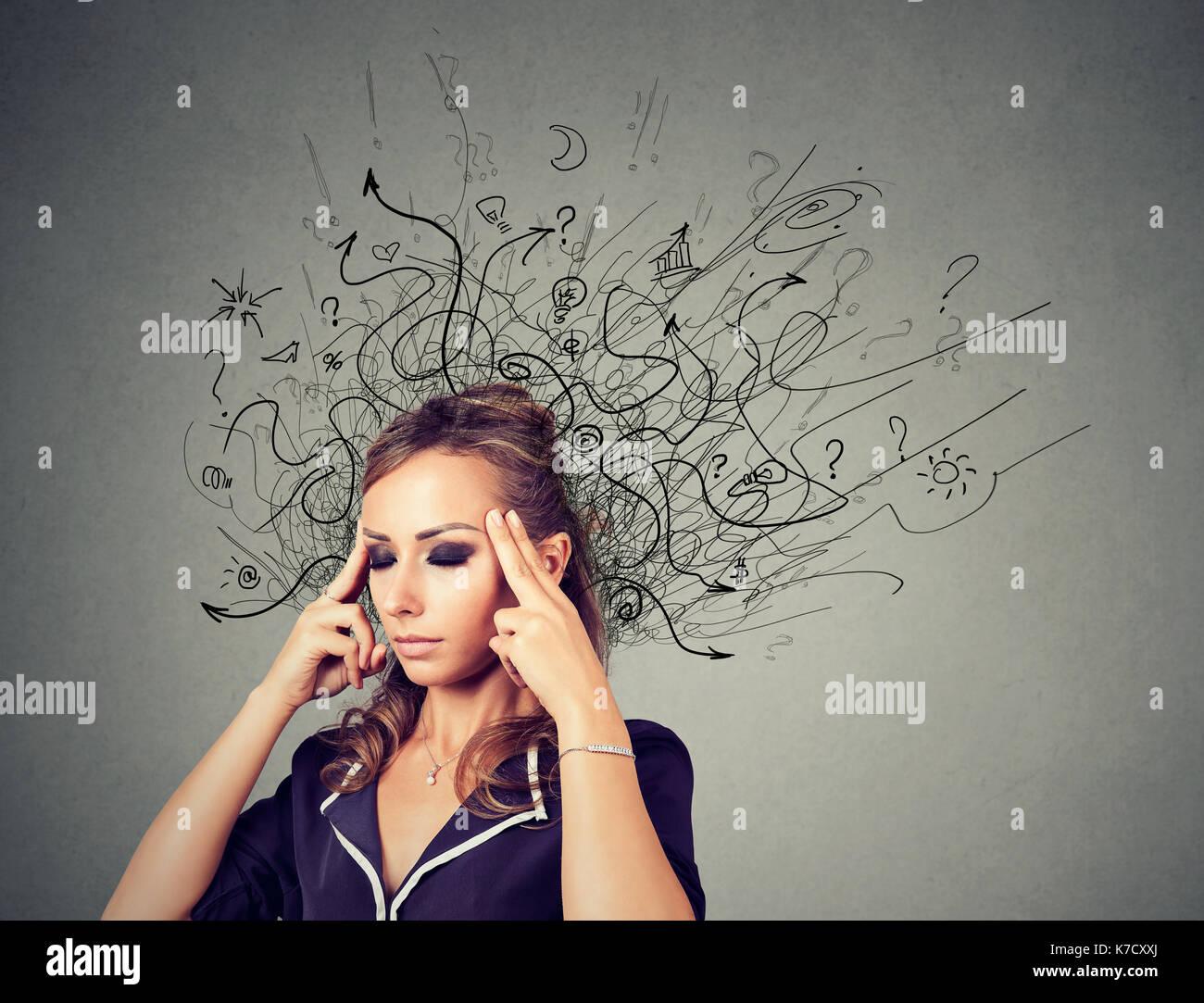 Nachdenklich Frau mit einem Chaos in ihrem Kopf Stockbild