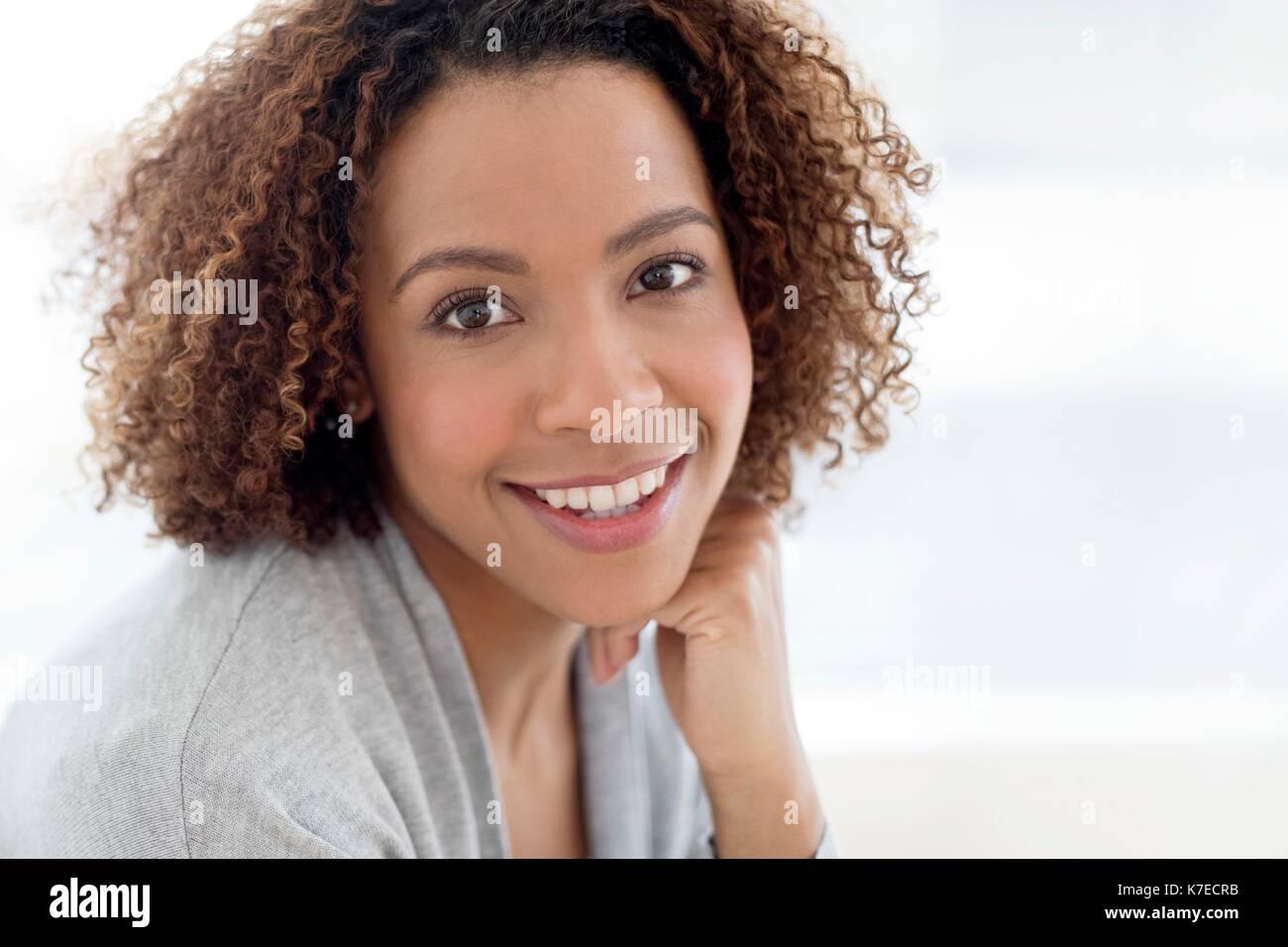 Portrait von Mitte der erwachsenen Frau lächelnd. Stockbild