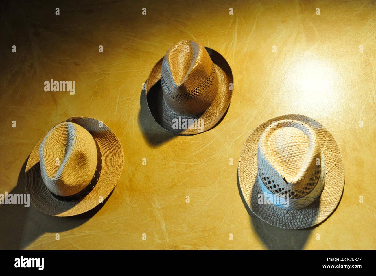 Vintage Hüte An Der Wand Aufhängen Stockfoto Bild 159521467 Alamy