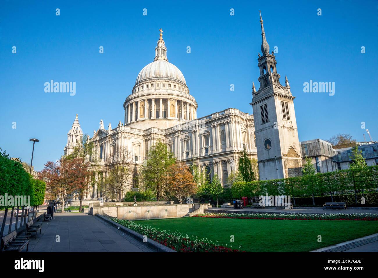 Ein Blick auf die St. Paul's Kathedrale von Festival Gärten im Zentrum von London, Großbritannien Stockbild