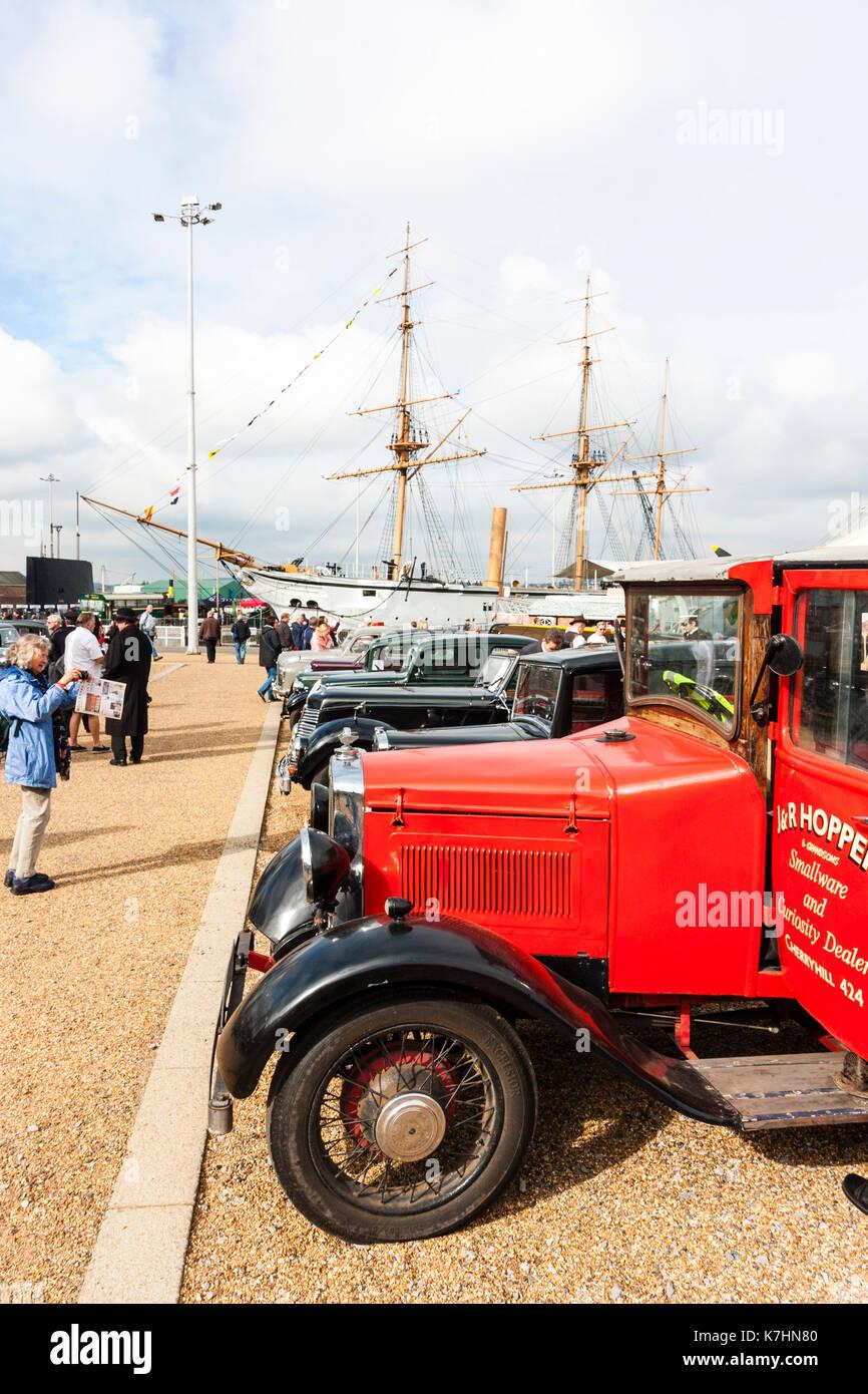 England, Chatham Dockyard. Veranstaltung. Gruß zu den 40ern. Reihe von Oldtimern und Service Fahrzeuge aus den 30er bis in die 1940er. Stockbild