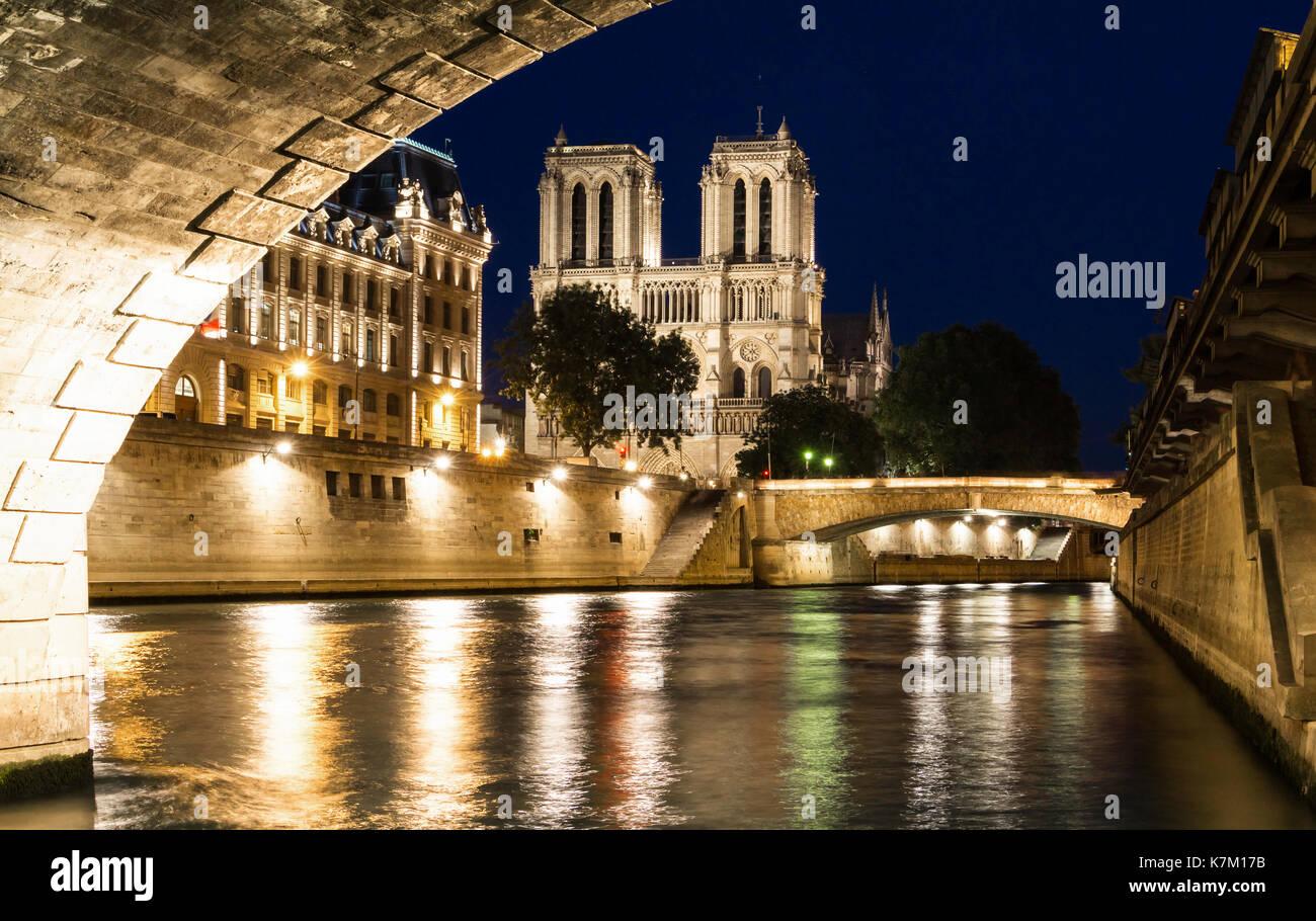 Kathedrale Notre-Dame in der Nacht, Paris, Frankreich Stockbild