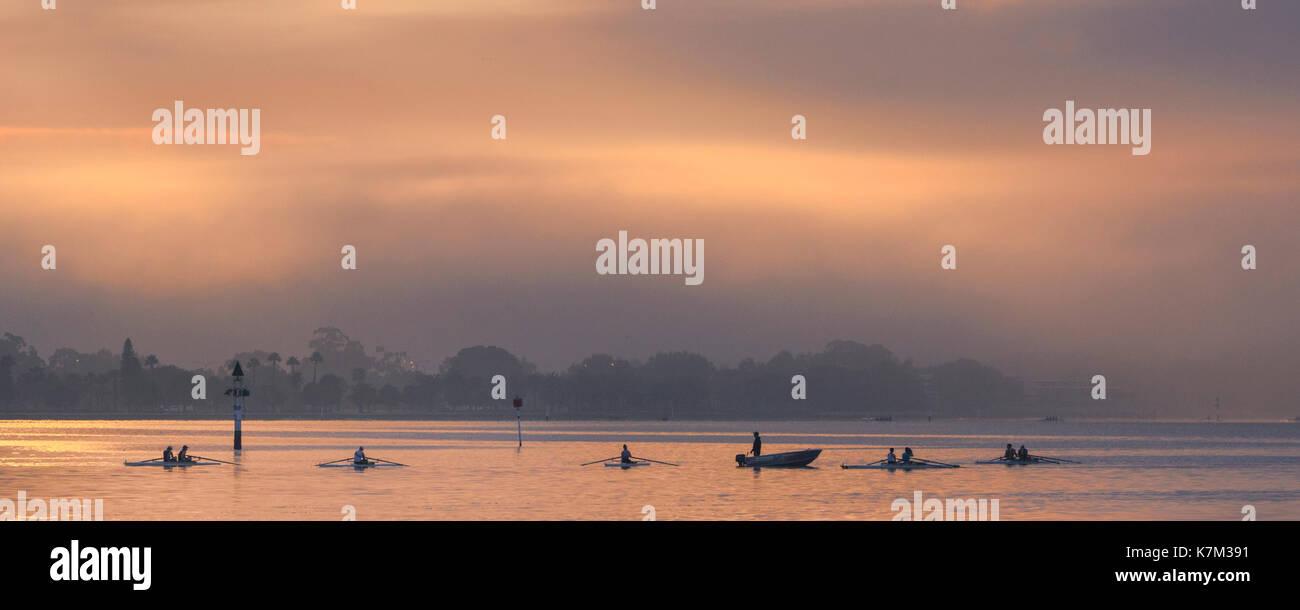 Eine Universität rudern Verein auf dem Swan River bei Sonnenaufgang. Stockbild