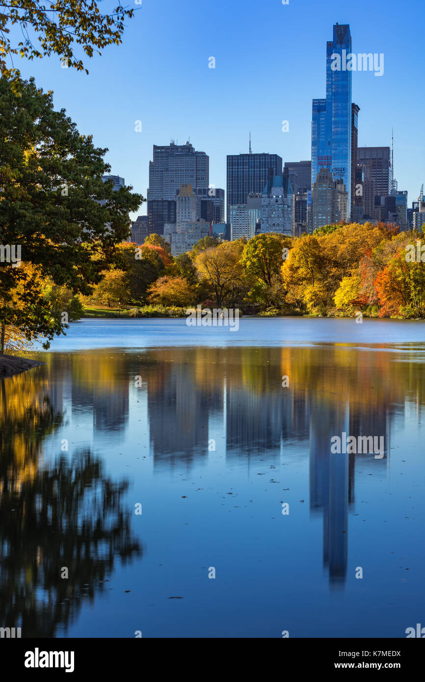 Ein 57 Wolkenkratzer und den See im Central Park im Herbst. Manhattan, New York City Stockbild