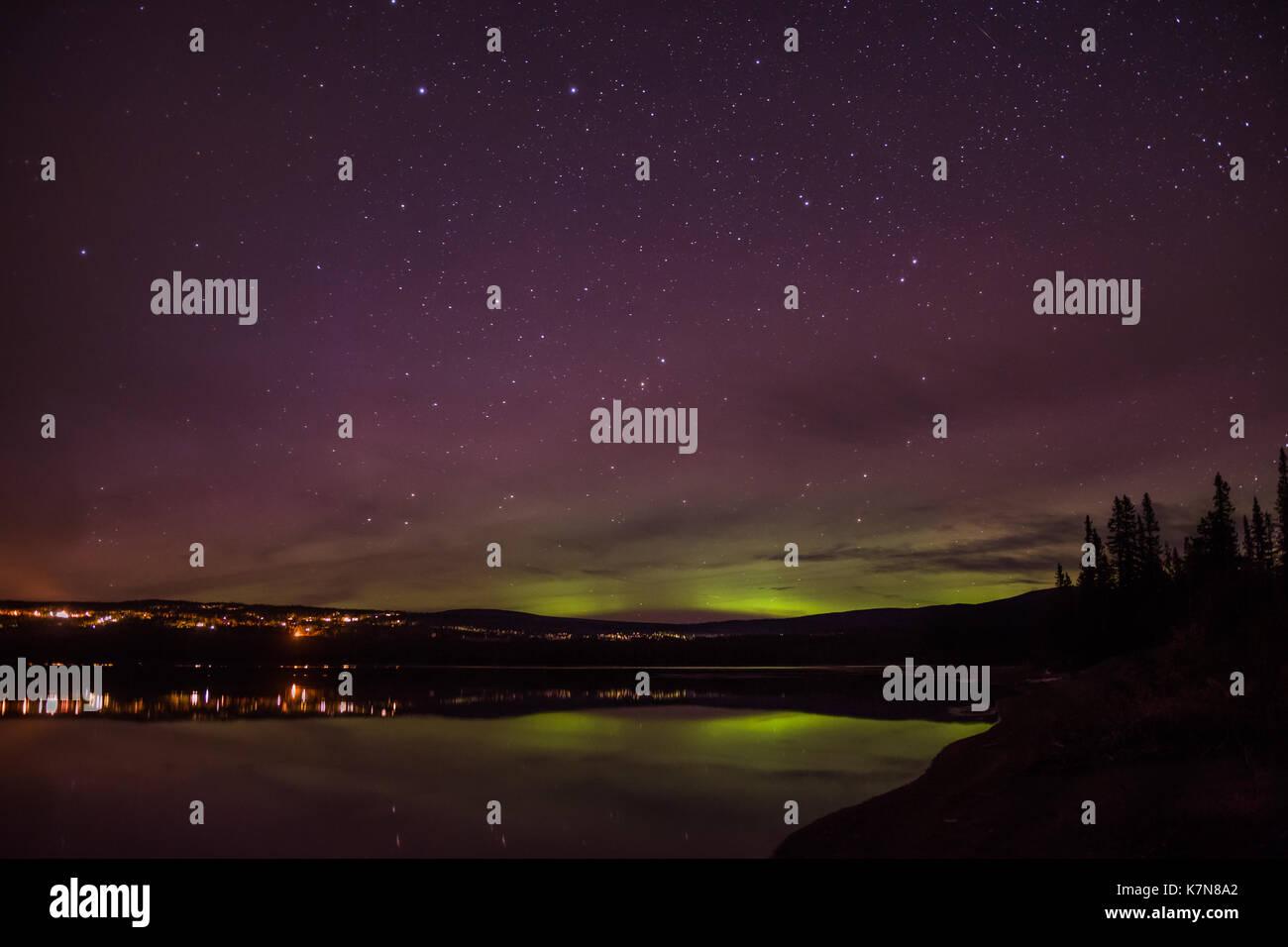 Aurora borealis Lichter tanzen über Ort und See Stockbild