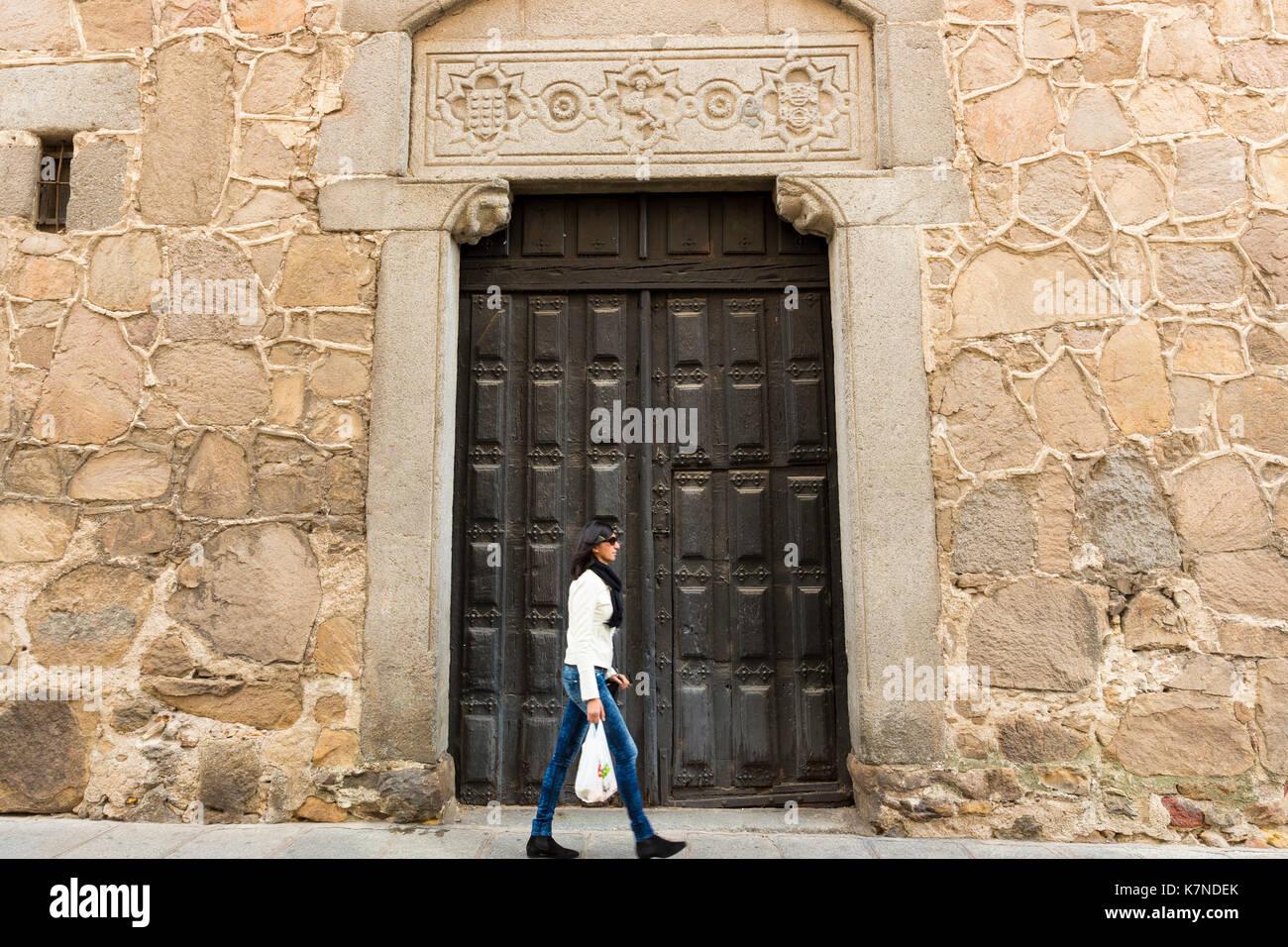 Die Menschen flanieren in der Altstadt von Avila, Spanien Stockbild