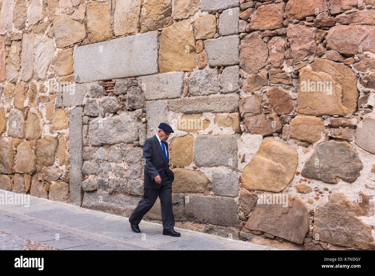 Die Menschen vor Ort bei einem Spaziergang durch die mittelalterlichen Steinmauer von Palacio d'Avila in der Altstadt von Avila, Spanien Stockbild