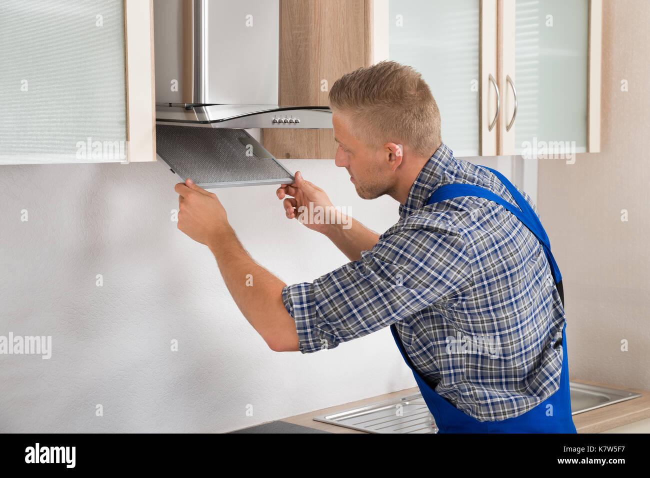 Junge Handwerker Instandsetzung Abzugshaube Filter In der Küche ...