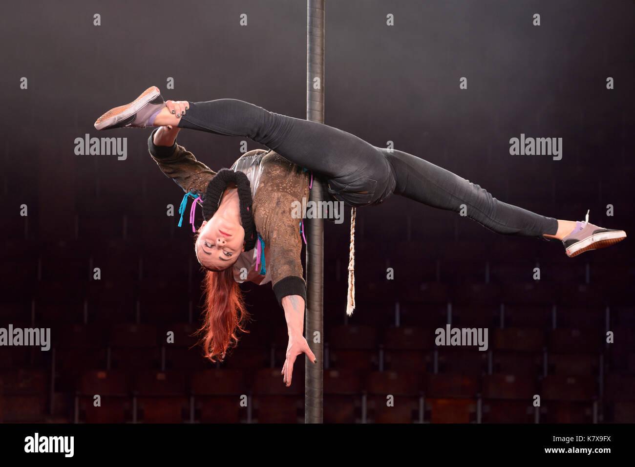 Probe der Nationalen Circus der Ukraine Künstler. Pole Dance (chorde-de-PAREIL). Stockbild