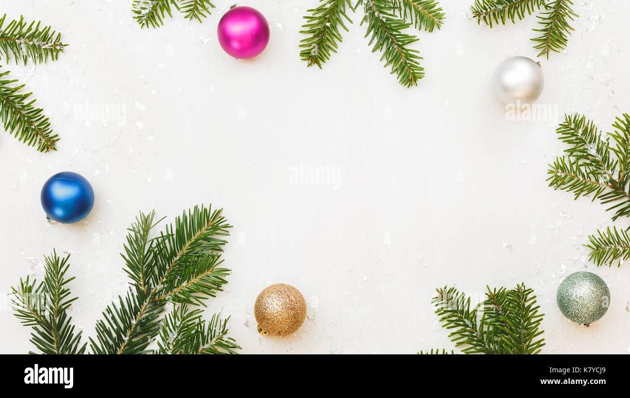 Weihnachten Rahmen mit Tannenzweigen und Kugeln auf weißen ...