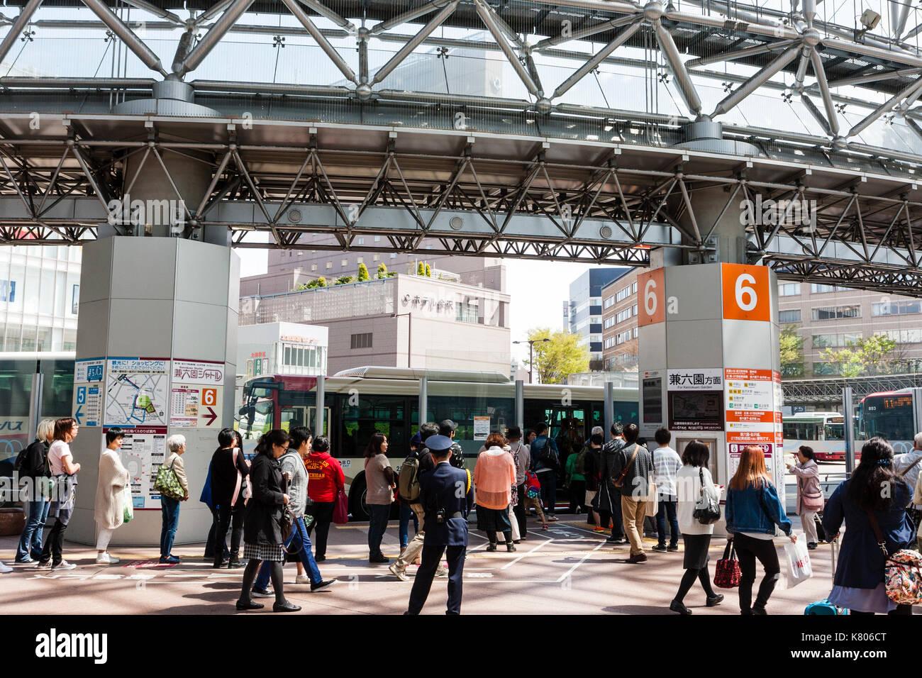 Kanazawa JR Bahn- und Busbahnhof in Japan. Nr. 6 Haltestelle mit dem ...