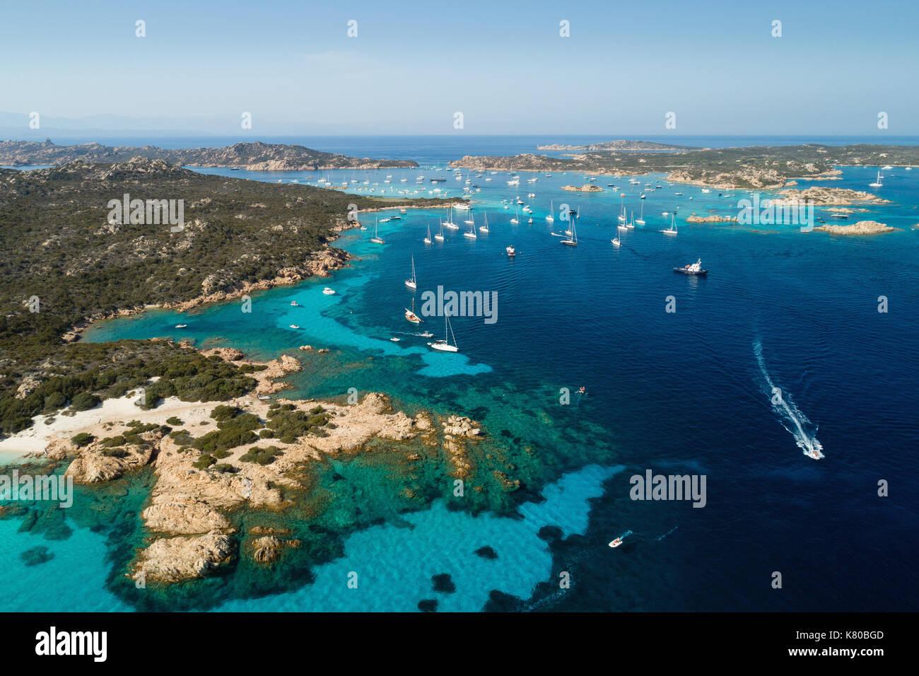 Luftaufnahme von Segelyachten in der Nähe von Inseln zwischen Sardinien und Korsika verankert Stockbild