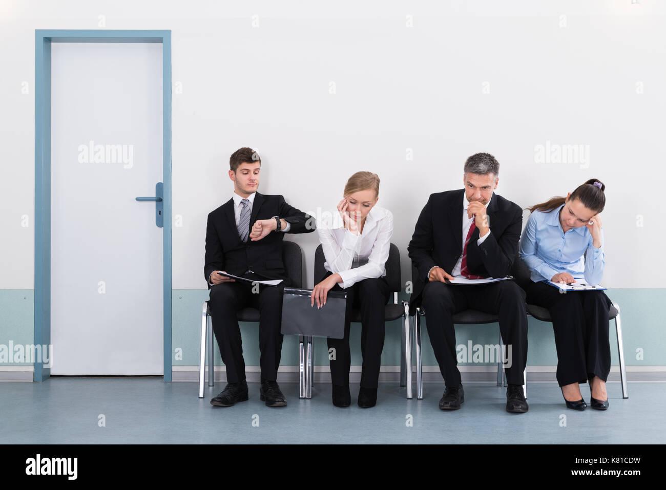 Geschäftsleute sitzen auf Stuhl warten auf Job Interview im Büro Stockbild