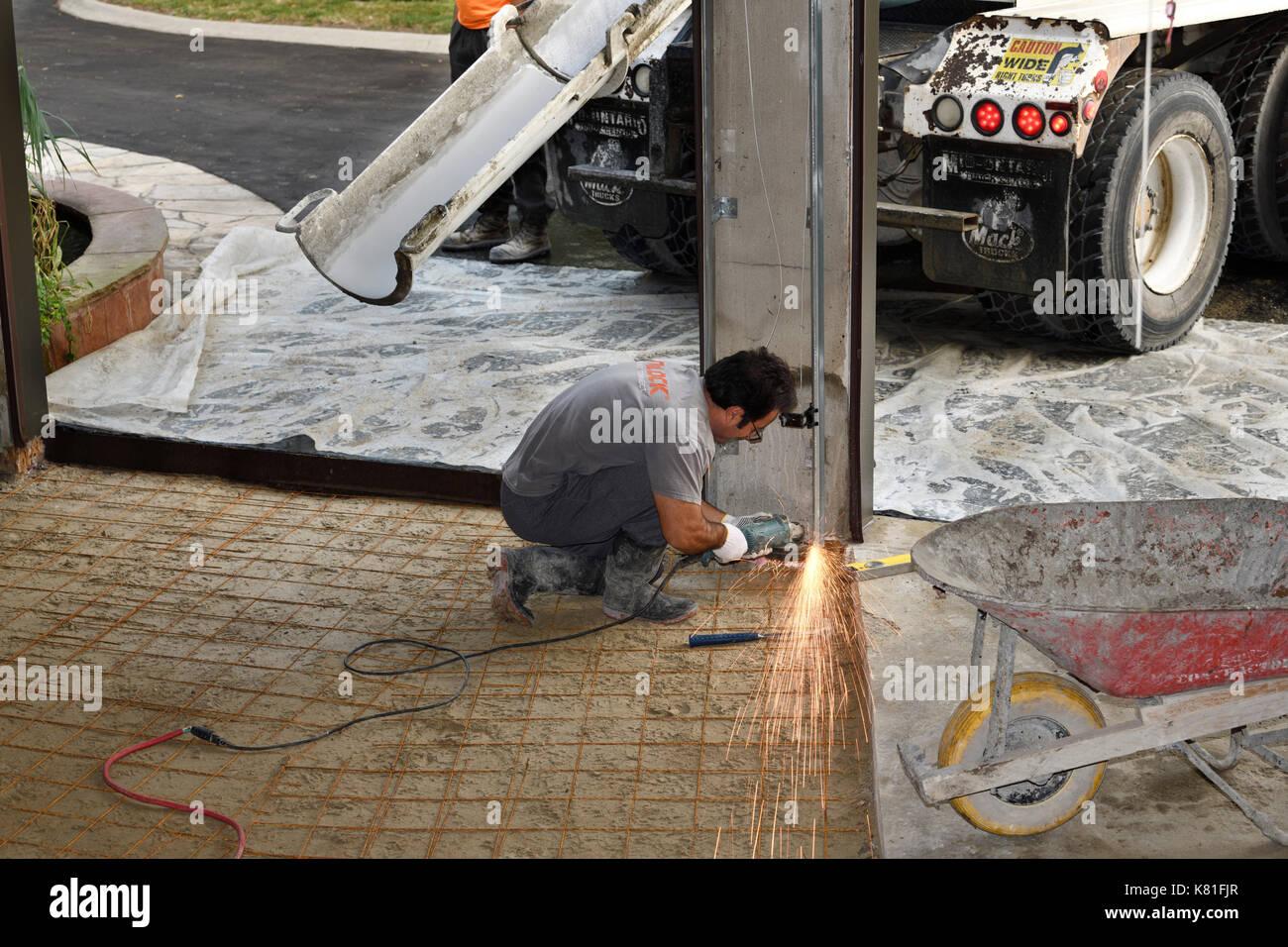 Arbeitnehmer Abschleifen Stahl Garagentor Schienen Mit Funken Vor