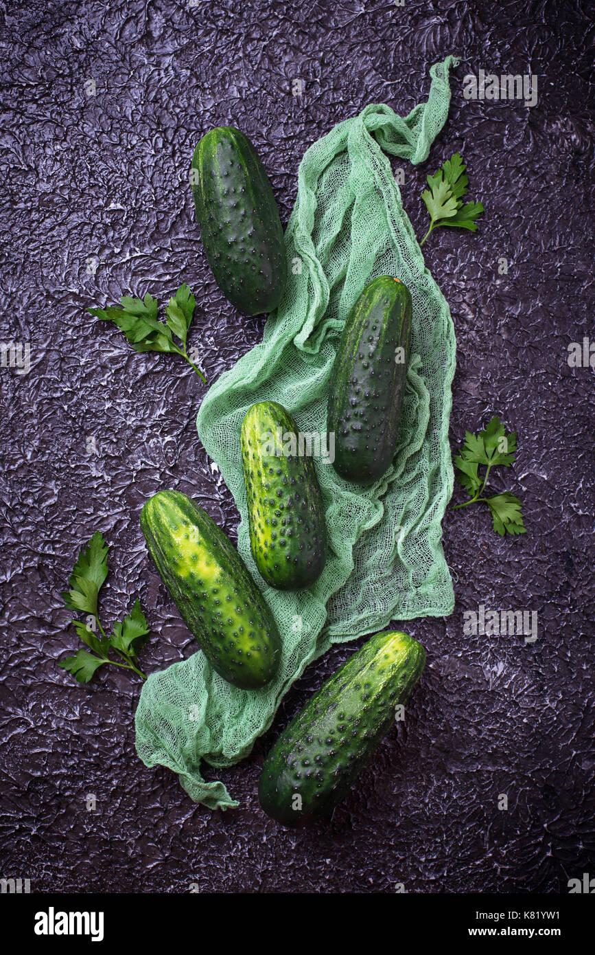 Frische Gurken auf konkreten Hintergrund Stockbild