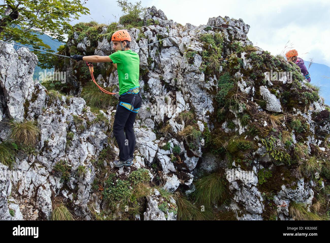 Klettersteig Decin : Menschen klettern am klettersteig in den bergen stockfoto bild
