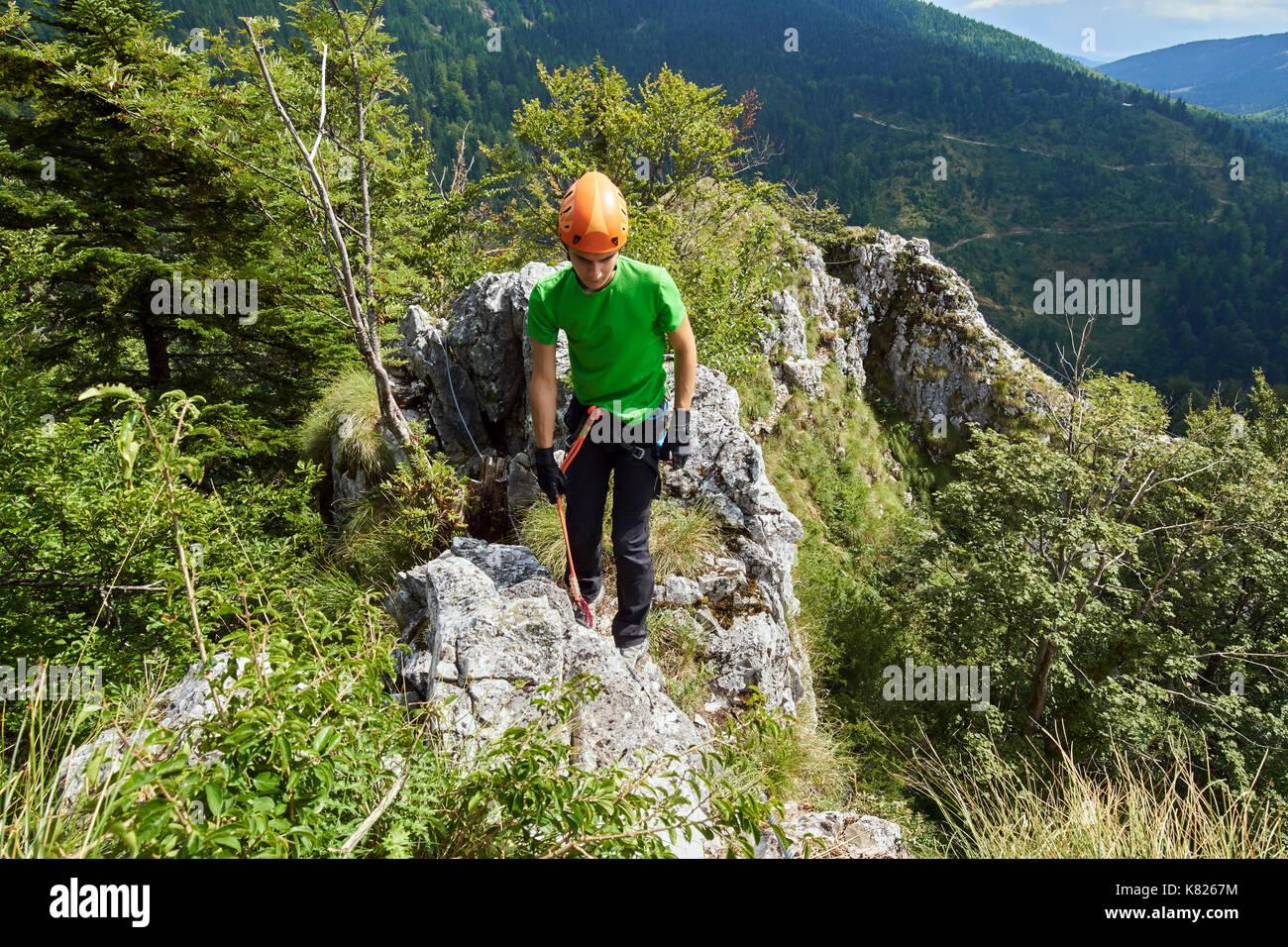 Klettersteig Hessen : Junge klettern am klettersteig route stockfoto bild