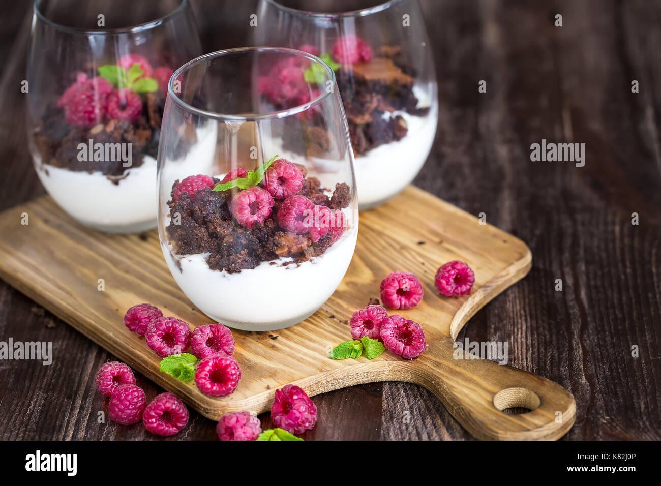 Himbeere und Schokolade kleinigkeit Wüste auf Holz- Hintergrund Stockfoto