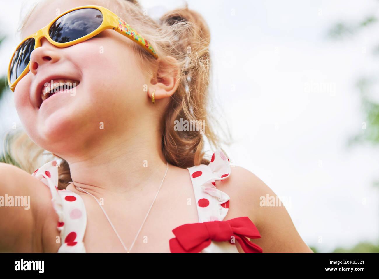 Happy Baby Mädchen im Sommer Sonnenbrillen Stockbild