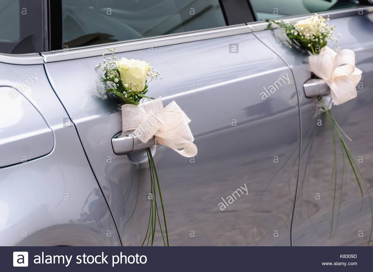Eine Hochzeit Auto Mit Strausse Von Weissen Rosen Und Andere Kleine