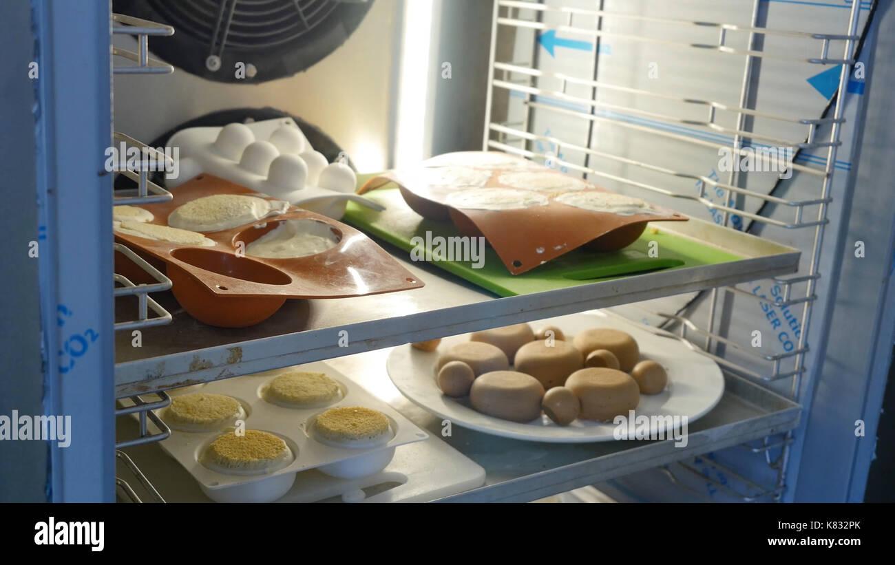 Kühlschrank Candy : Teig im kühlschrank in einem candy store stockfoto bild