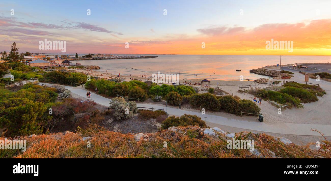 Ein Sommer Sonnenuntergang über einem langen Badegäste am Strand in Fremantle, WA Stockbild