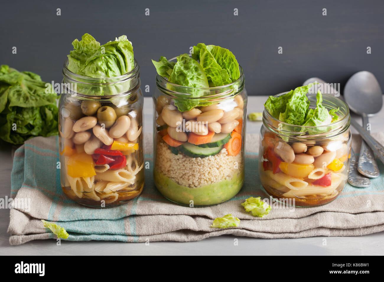 Veganes Couscous und Pasta Salat in Mason Gläser mit Gemüse-Bohnen Stockfoto