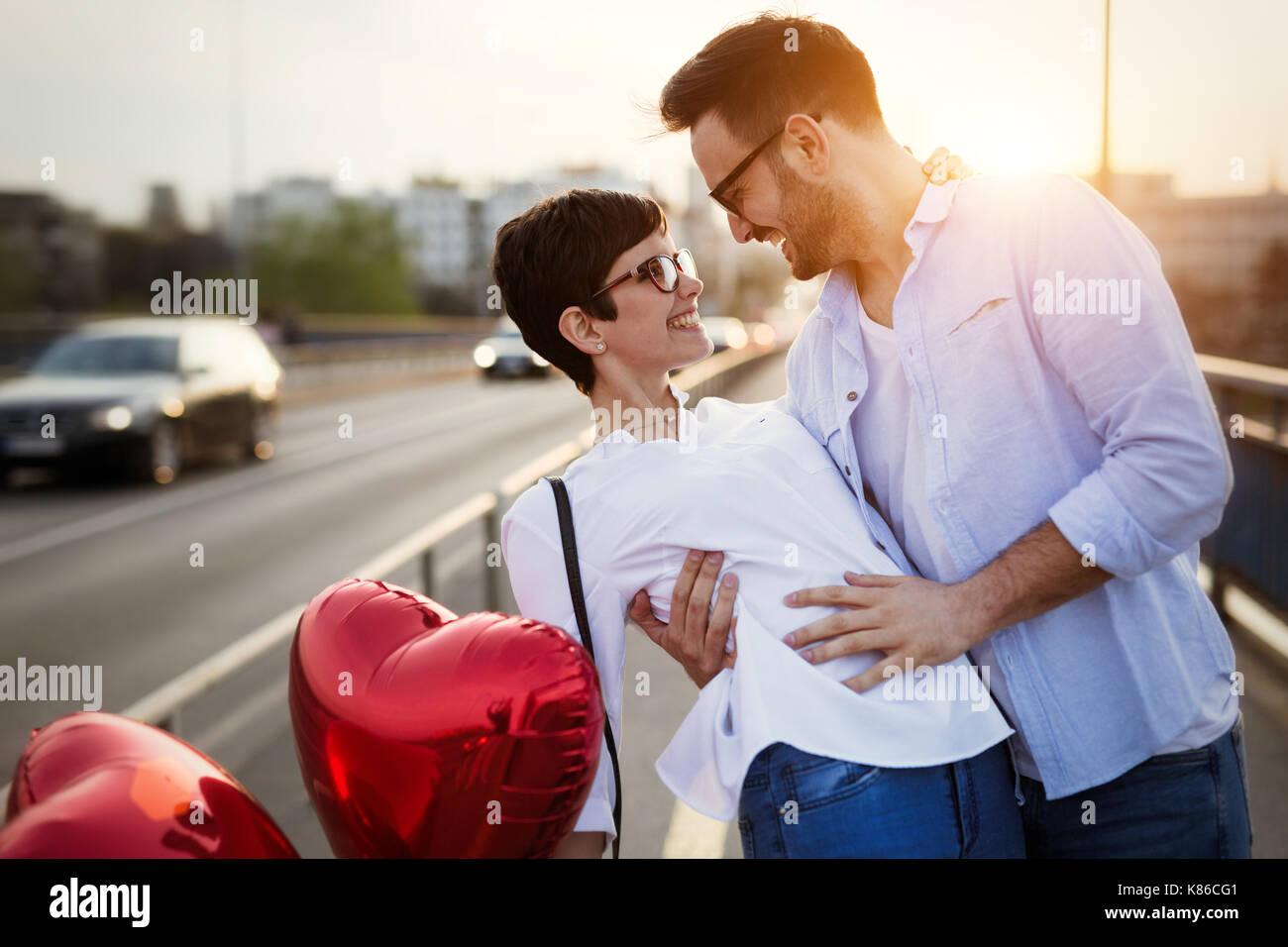 Junges Paar in Liebe dating und lächelnd Outdoor Stockbild