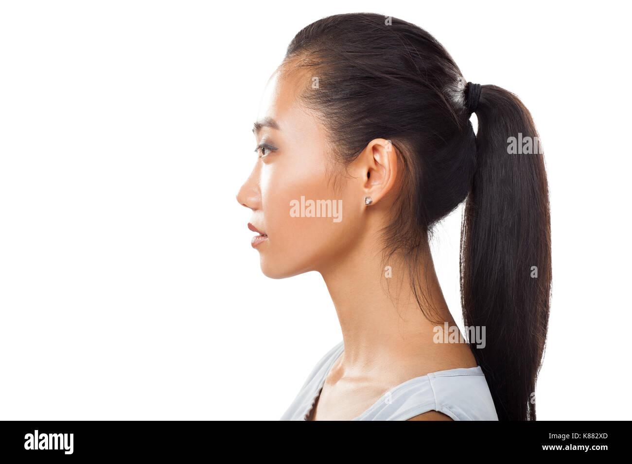 Closeup Portrait von Asiatische junge Frau im Profil mit Pferdeschwanz.  Studio Foto hübsches Mädchen mit Gegerbten frische Haut und dunklen Haaren  für ... a66ad799ec