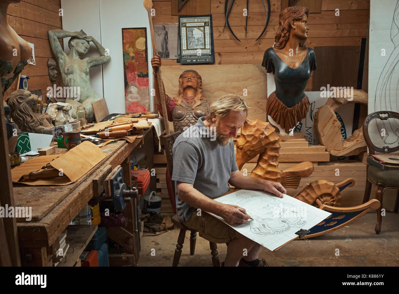 Ein Handwerker Woodworker Auf Einem Hocker In Einer Werkstatt