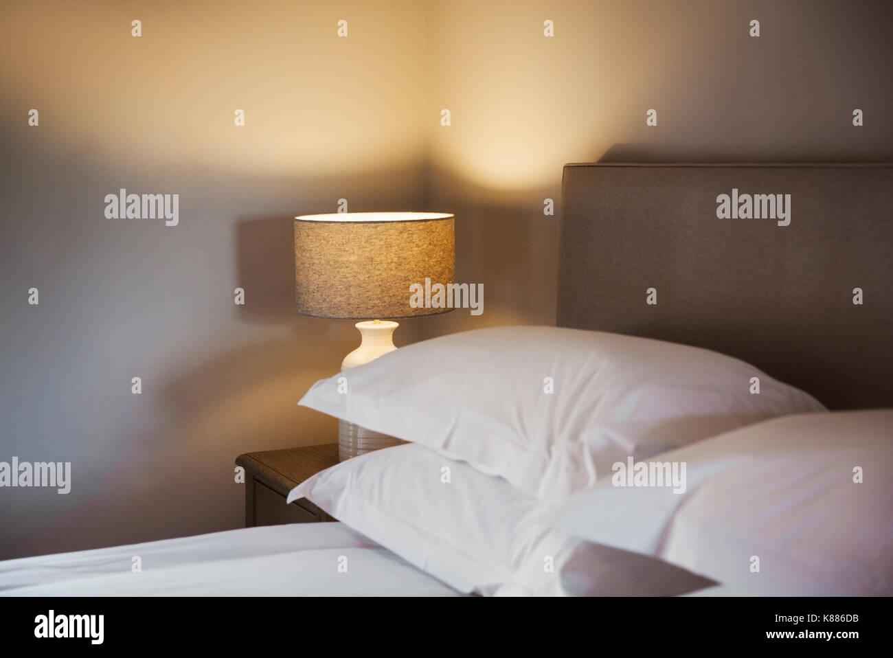 Ein gemütliches Schlafzimmer in neutralen Farben dekoriert, mit ...