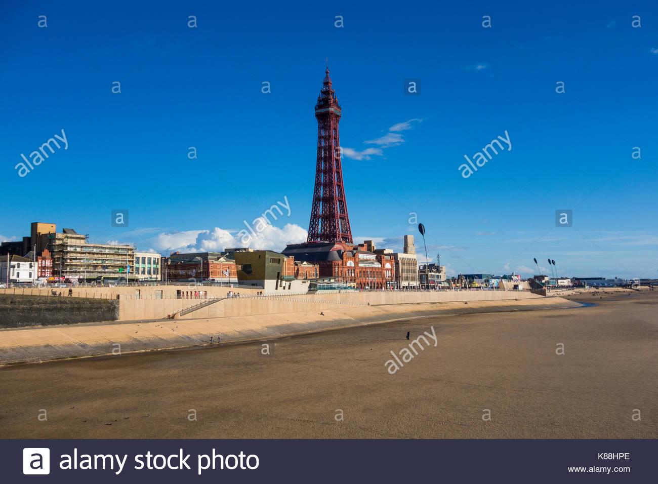 Die Prominenten und berühmten Blackpool Tower steht über die Promenade an der berühmten Badeort an Stockbild