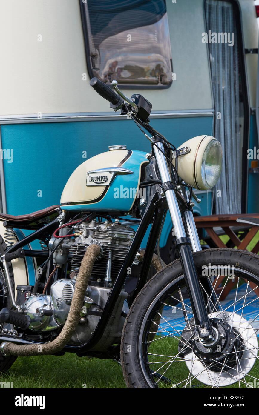 triumph bobber motorrad vor einem alten wohnwagen auf. Black Bedroom Furniture Sets. Home Design Ideas