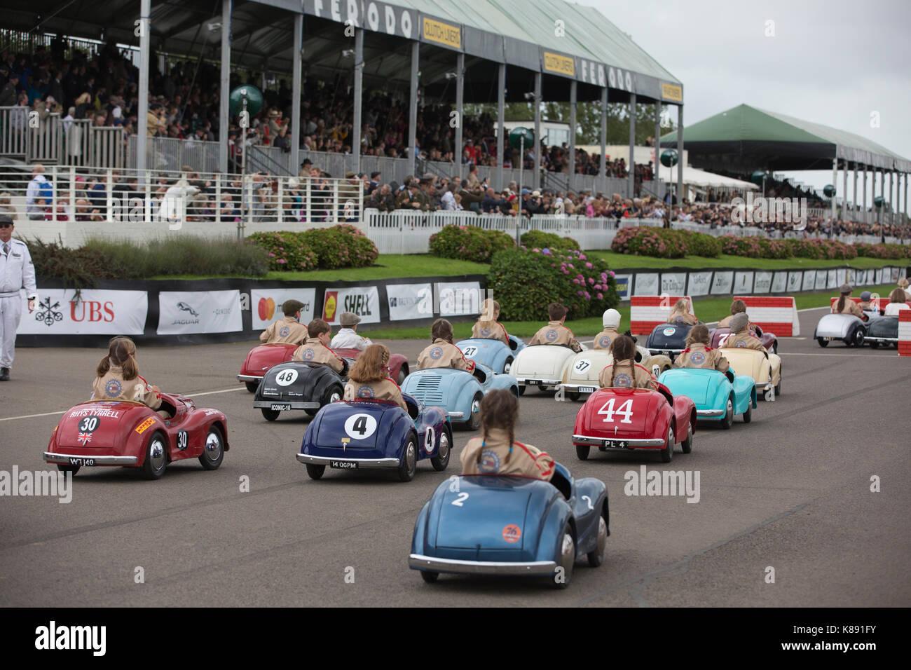 Settrington Cup Wettbewerb für Austin J40 Pedal Cars in Goodwood Revival 2017 Konferenz, Goodwood Rennstrecke, Stockbild