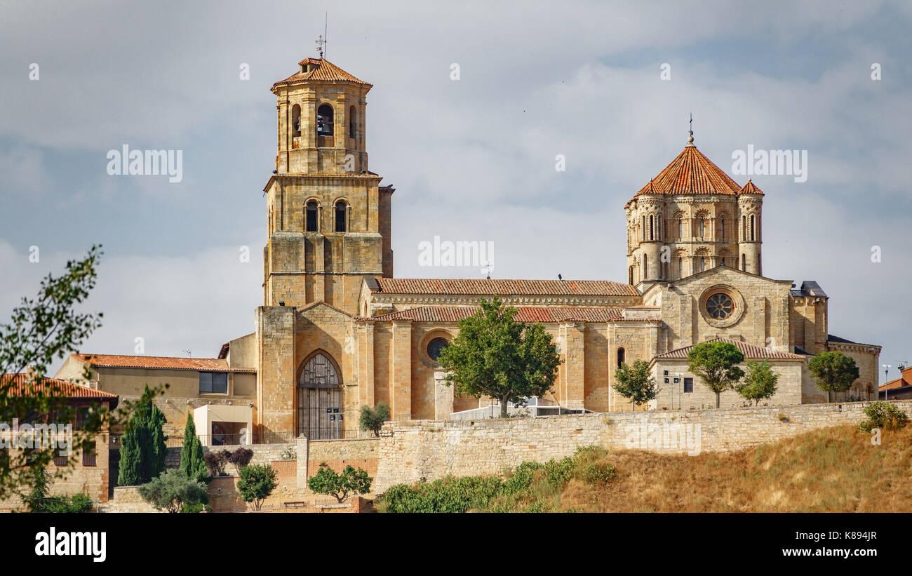 Long Shot von Tordesillas Kirche Stockbild