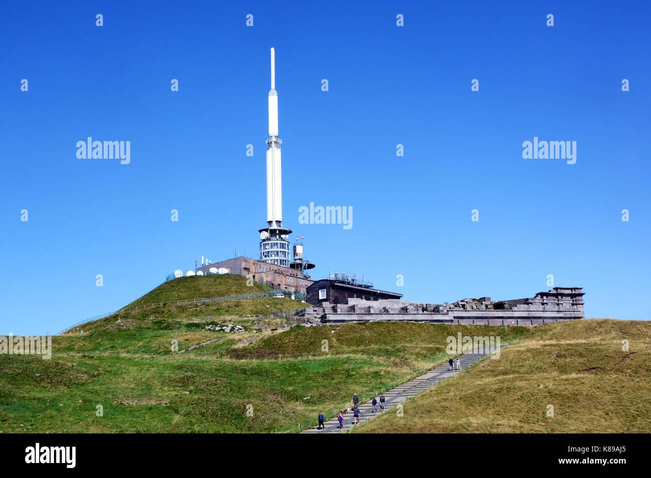 TV Antenne und Mercure Tempel, Puy-de-Dome Peak, Auvergne, Zentralmassiv, Frankreich Stockbild
