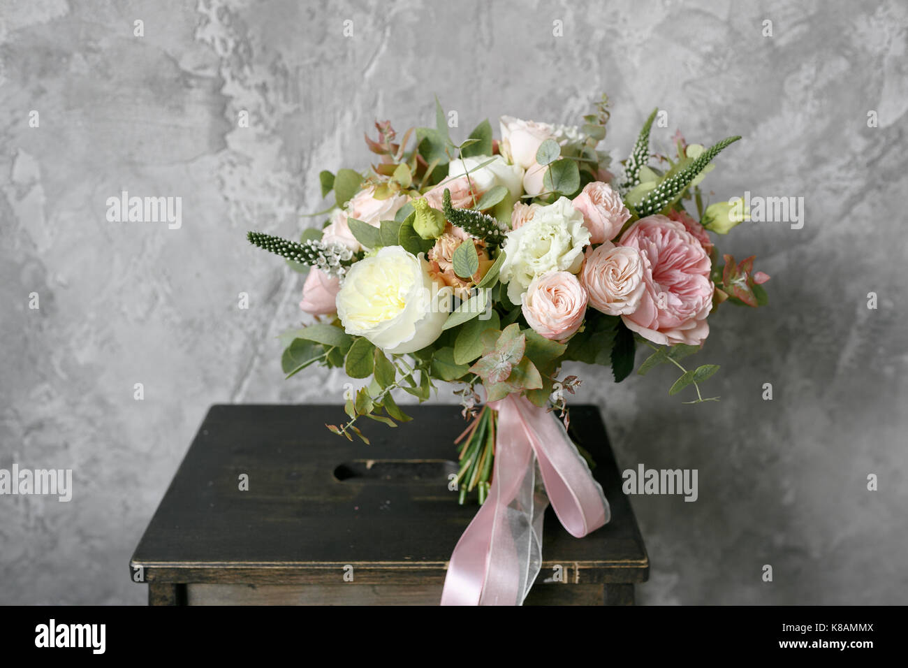 Feder Blumenstrauss Aus Gemischten Blumen Auf Vintage Graue Wand