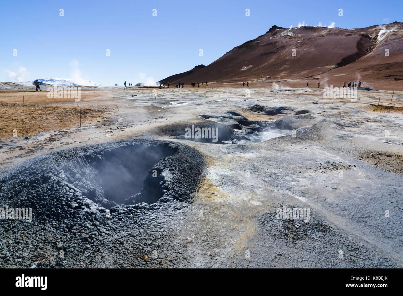 Dampfende Fumarolen am Námafjall Hverir geothermale Region, Island Stockbild