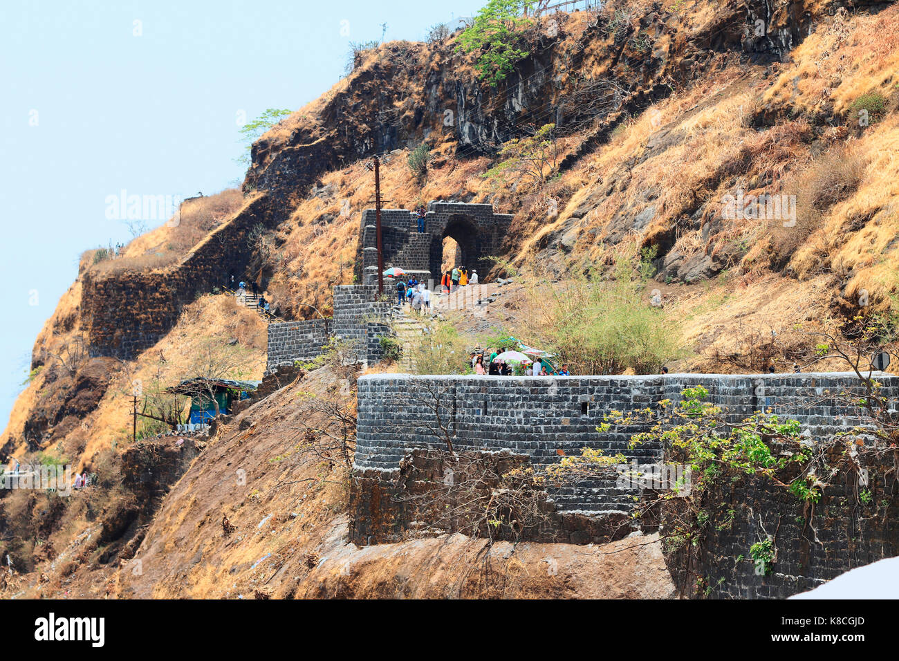 Long Shot von Pune Darwaza, Sinhagad fort, Pune, Maharashtra, Indien Stockbild