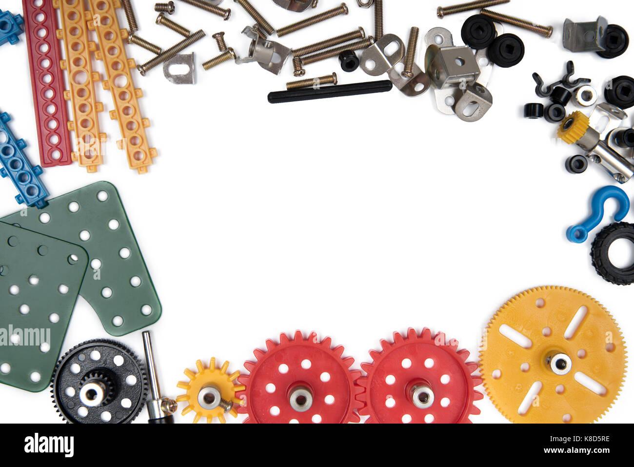 Kinder Spielzeug tools Frame, bunte Spielzeug Werkzeuge, Bau auf weißem Hintergrund. Ansicht von oben. Stockbild