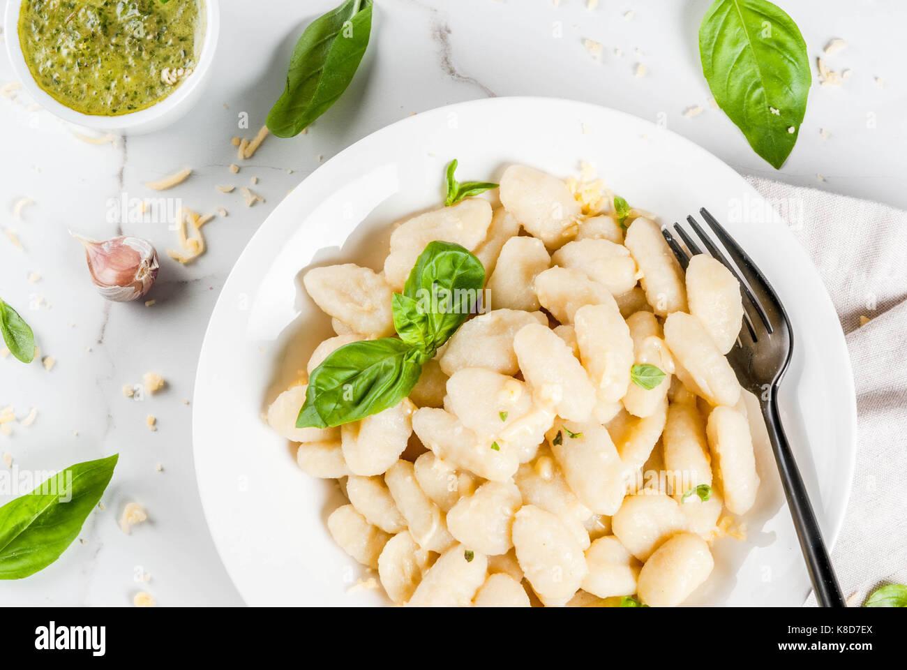 Italienisches Essen Rezept, gesunden veganen Abendessen mit Gnocchi. Mit geriebenem Parmesan, Basilikum und Pesto. Stockbild