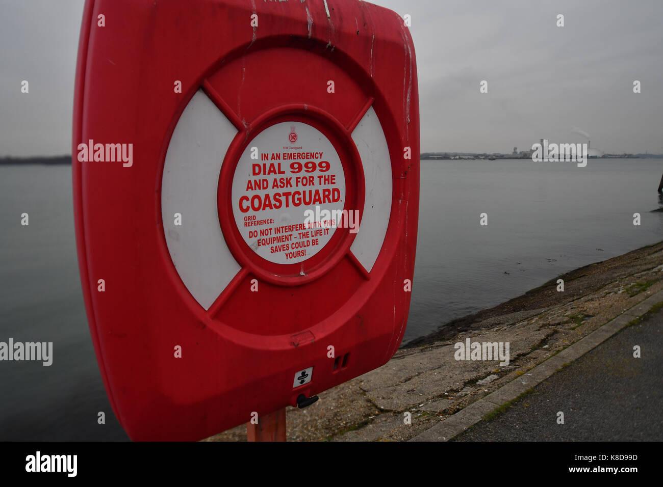 Eine Küstenwache station mit Rettungsring für Not neben der Wasserseite an der Southampton Mündung Stockbild