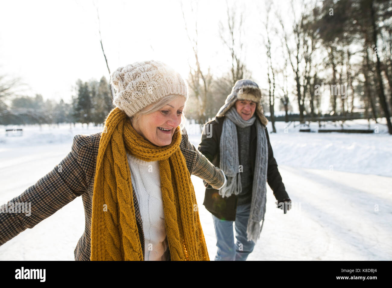 Älteres Paar im sonnigen Winter Natur Eiskunstlauf. Stockbild