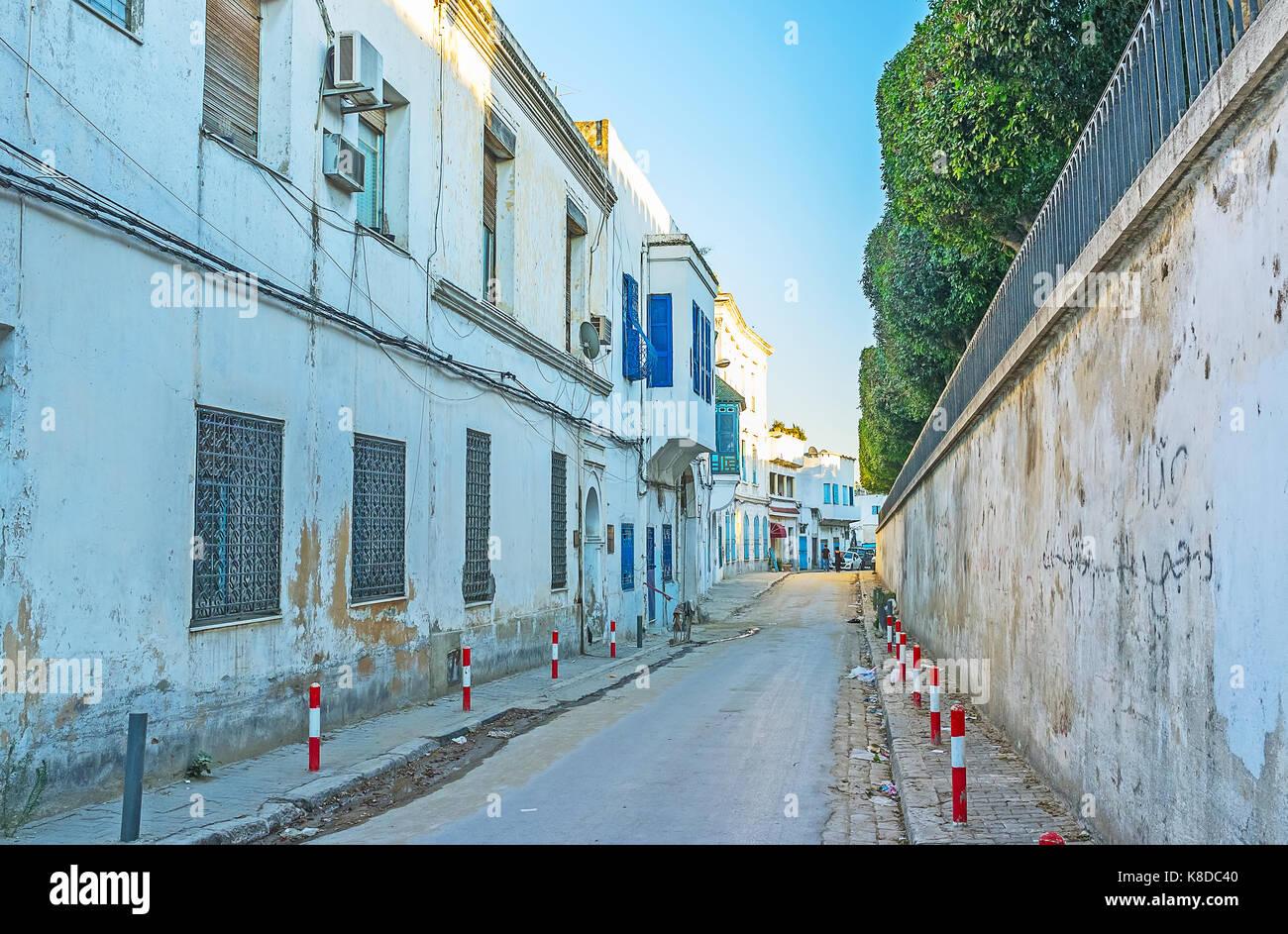 Die Bab Menara Boulevard ist die Grenze, zwischen Medina und einen neueren Gegenden der Stadt, Tunis, Tunesien. Stockbild