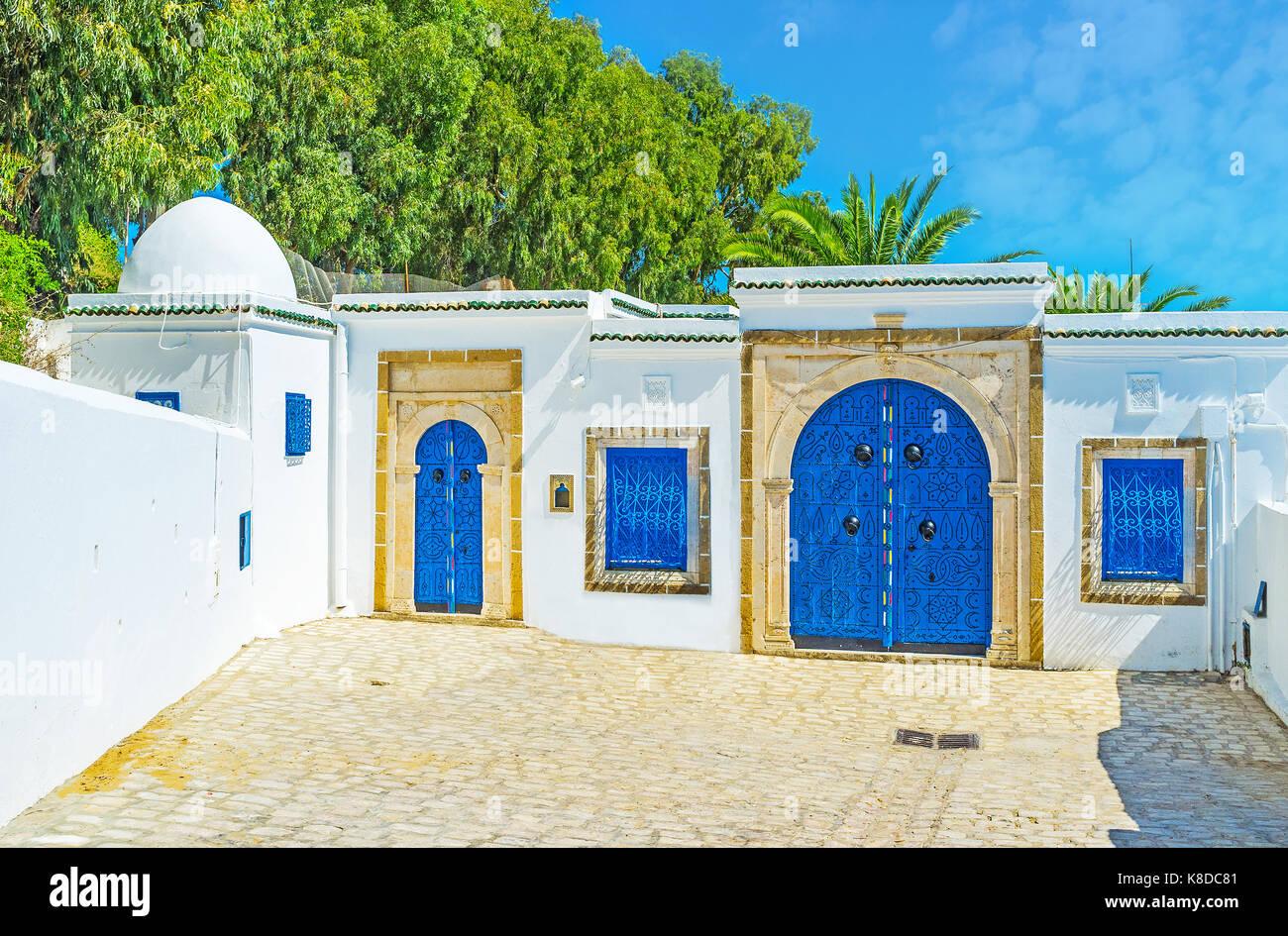 Historische Arabisch Herrenhaus in Sidi Bou Said mit traditionellen weiße Wände und helle blaue Türen, Stockbild