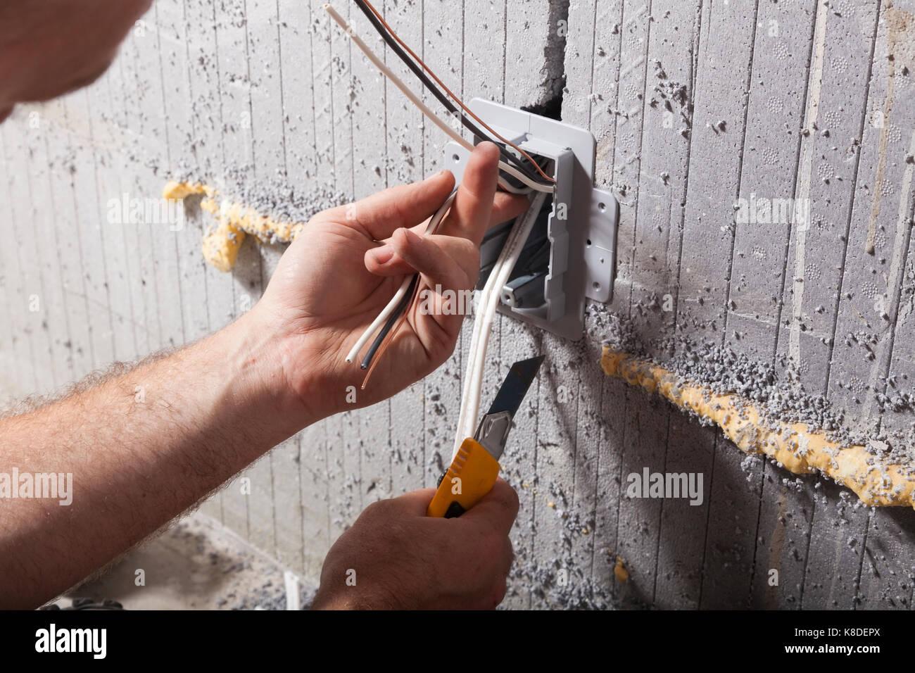 Ein Elektriker installieren einer elektrischen Utility Box in isolierten konkrete Form in Ontario, Kanada. Stockbild