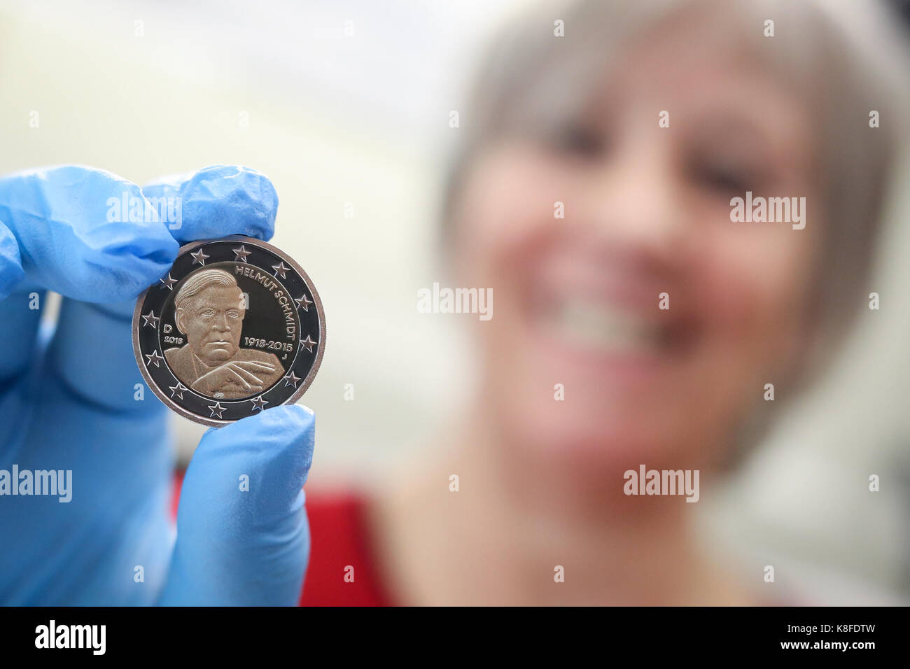 Minter Carmen Lahr Hält Eine Minted 2 Euro Münze Mit Dem Portrait