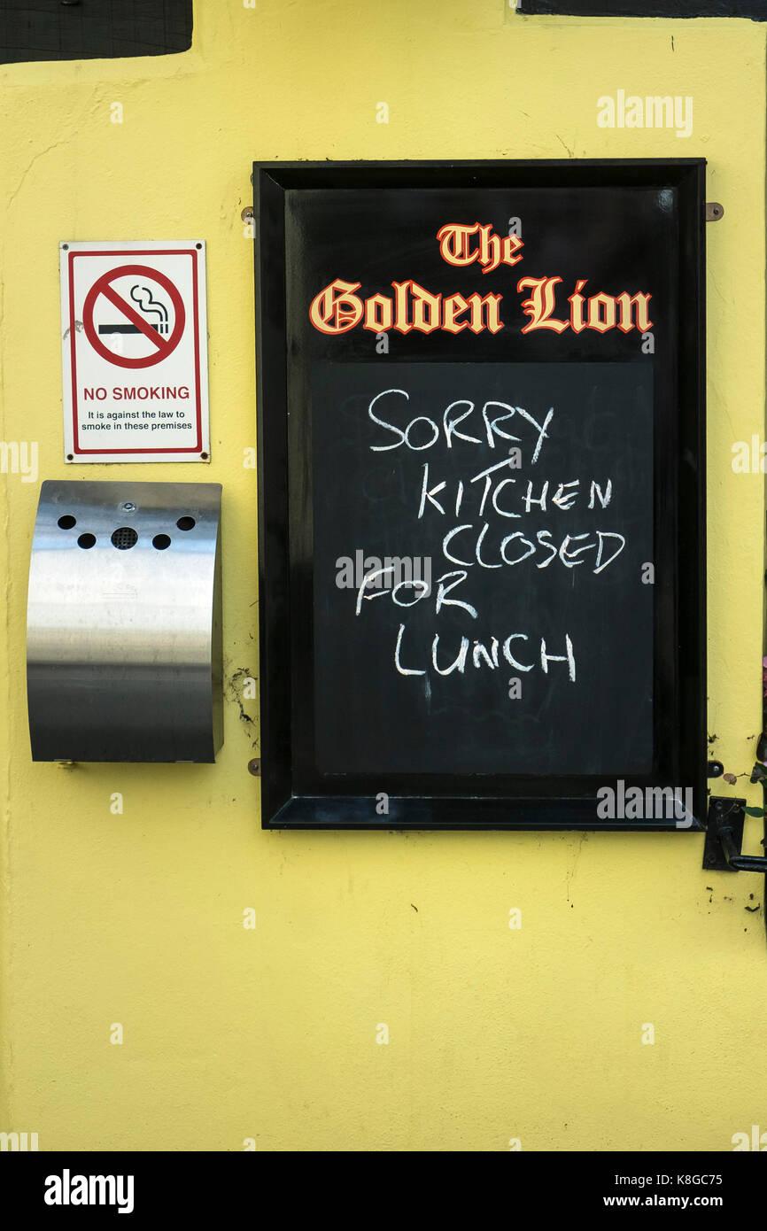 Signage - eine seltsame Zeichen an der Wand eines Public House. Stockfoto