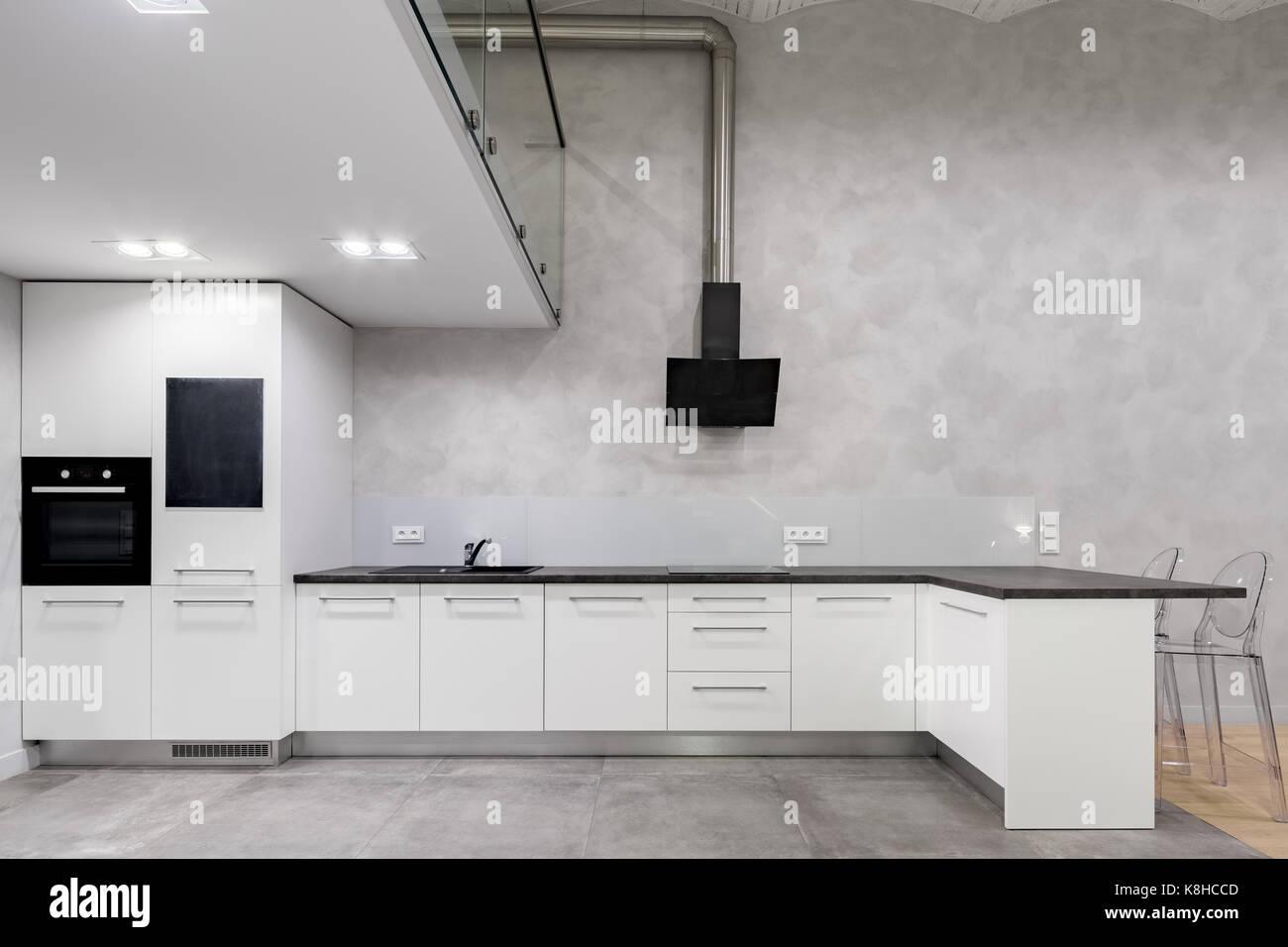 Moderne Einrichtung mit weißen Küche und Mezzanine Stockfoto ...