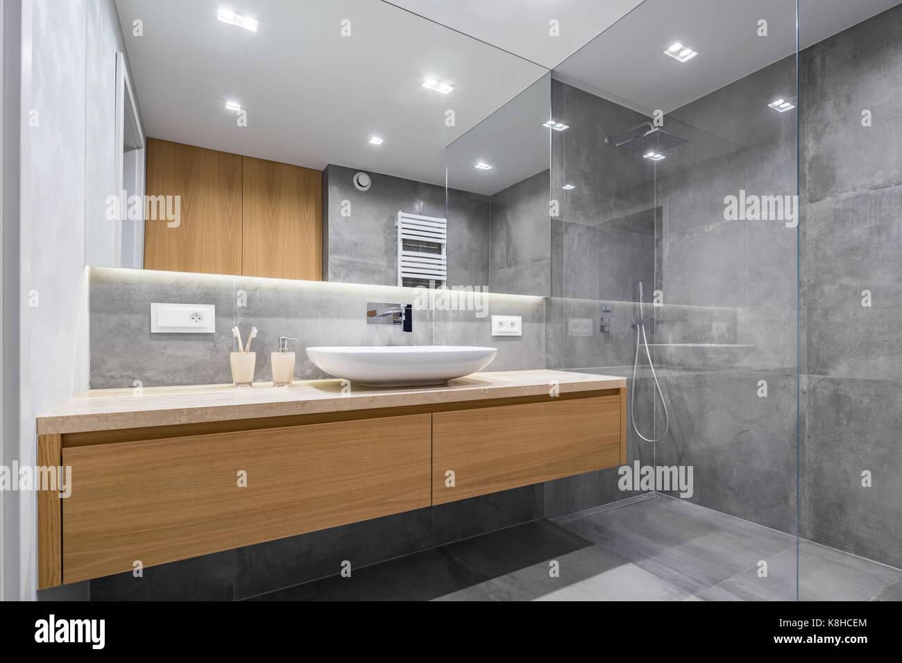 Modernes Bad Mit Holz Arbeitsplatte, Dusche, Waschbecken Und Großem Spiegel